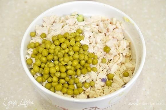 Все перемешайте. С горошка слейте жидкость и добавьте в салат.
