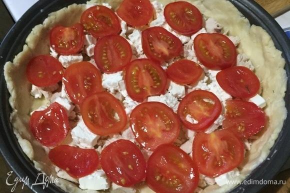 Уложите слоями курицу, помидоры, сливочный сыр и залейте смесью. Если бортики получились высокими, делаем второй слой начинки. Сверху положите помидорчики.