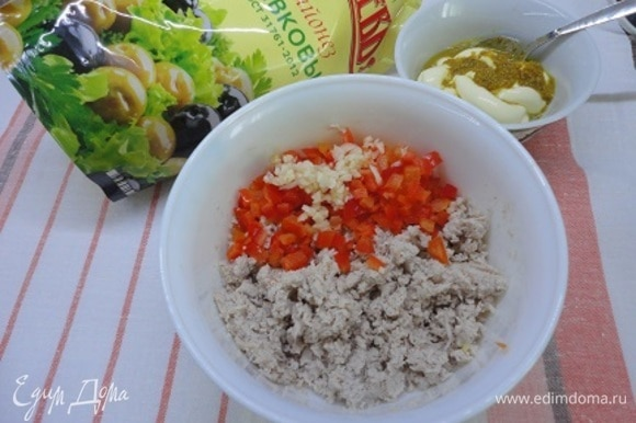 Теплое филе пюрируем, добавляем мелко нарезанные перец и чеснок и горчично-майонезную заправку. По вкусу добавляем свежемолотый перец и соль, если необходимо. Не забудьте, что сверху еще будут соленые оливки и корнишоны! Все перемешиваем.