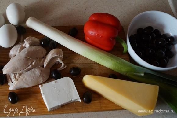 Слоеный салат для сочности смазываю майонезом. Для снижения калорийности можно приготовить домашний майонез или использовать нежирную сметану. Отвариваем куриное филе, нарезаем мелко.