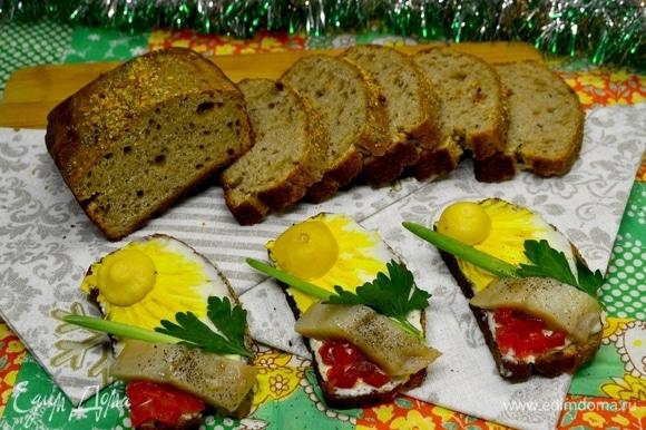 Хлеб получился отменным: ароматный, в меру плотный и пористый! Подайте такой хлебушек с любовью и солнечным настроением! Родные обязательно оценят ваш труд и вашу любовь к ним!
