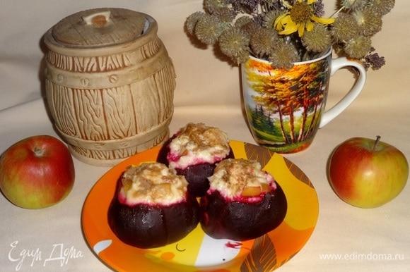Готовую свеклу с творогом и яблоками выложить на тарелку и подать к столу. Угощайтесь! Приятного аппетита!