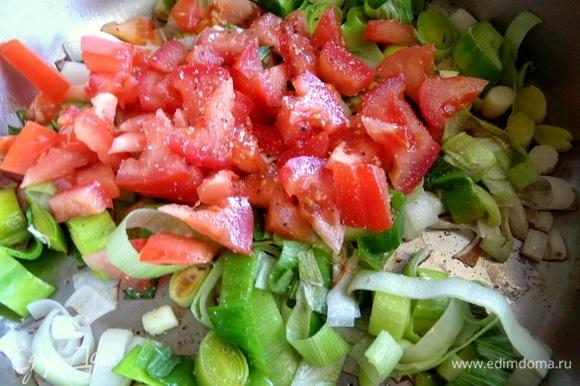 Еще к котлетам подадим теплый салат. Обжарить лук-порей и, когда он станет мягче, к нему нарезать помидор, посолить, поперчить. Держать на огне все вместе.