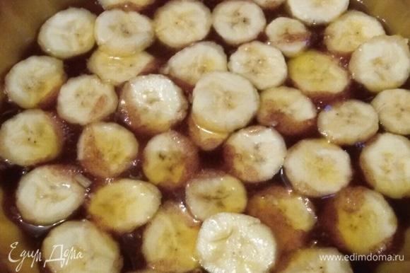 В форму для запекания перелить готовую карамель. Выложить нарезанные кружочками бананы. Толщина кружка — примерно 0,5 см.