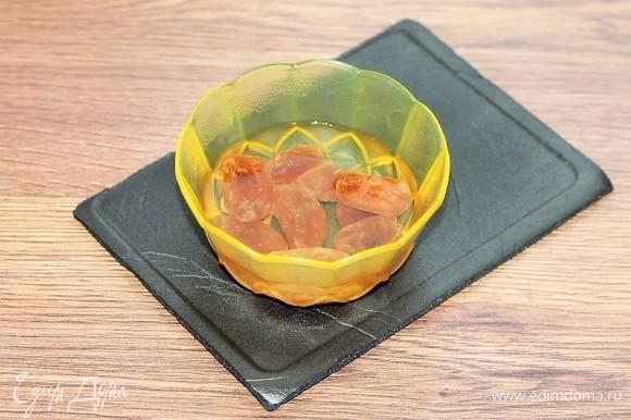Залить сухофрукты (у меня сушеные мандарины) горячей водой. Когда остынет, воду слить, сухофрукты обсушить бумажным полотенцем. Затем мелко нарезать.