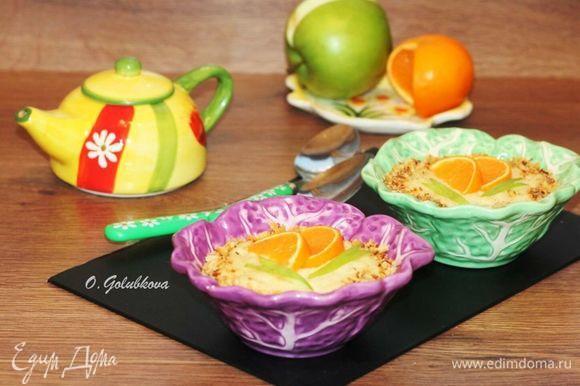 Подавать кашу теплой, посыпав обжаренными на сухой сковороде и измельченными орехами.