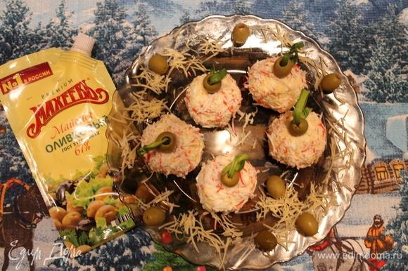 Полученные шарики украшаем оливками, сквозь оливку протягиваем зеленый лук. Таким образом получаем закуску «Елочные шарики». Приятного аппетита!