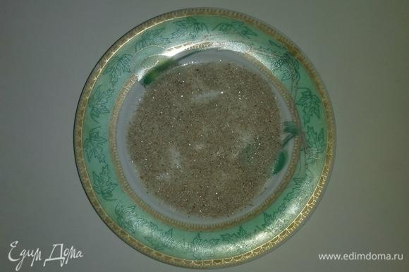 На тарелку насыпаем 1,5 столовых ложки смеси сахарного песка, ванильного сахара и пряничных специй. Разравниваем ровным слоем и затем обваливаем в этой смеси миндальные орехи.