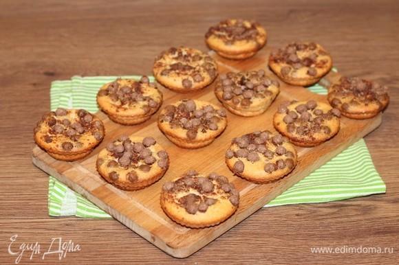 Запекаем пудинг в духовке при температуре 175°C 40–50 минут или до образования золотисто-оранжевой корочки.