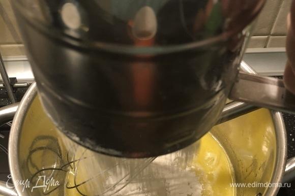 Ввести муку постепенно, непрерывно помешивая. Не снимая с плиты, продолжая мешать, заварить тесто.