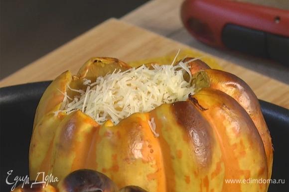 Вынуть тыквы из духовки, снять крышки, добавить по одному яйцу, сверху посыпать оставшимся тертым пармезаном.