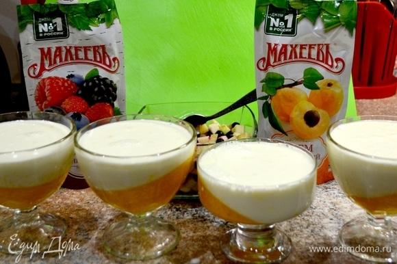 Пока желе застывает, делаем все то же самое, только со сливками, молоком, сахаром. Вливаем подготовленный желатин, не доводя до кипения, выключаем, даем остыть. Далее в застывшее мандариново-абрикосовое желе вливаем сливочную часть нашей панна котты. Ставим в холодильник застыть.