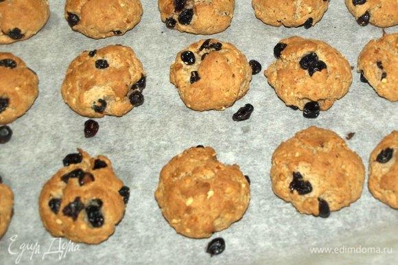 Готовое печенье достаем из духовки.
