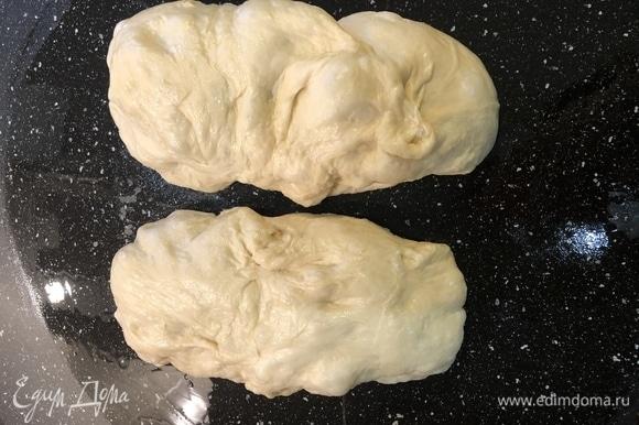 Смазать столешницу оливковым маслом и разделить тесто пополам, получается примерно по 430 г. Этого достаточно для одной пиццы.