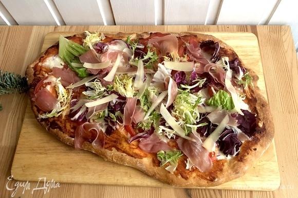 Далее украсить салатным миксом, прошутто и тонкими ломтиками сыра пармезан.