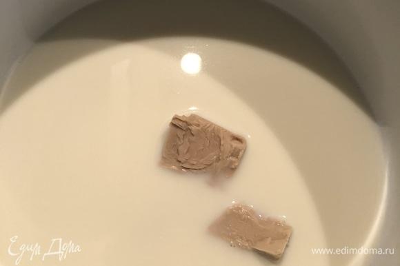 Подогреть молоко, растворить сахар, соль и дрожжи.