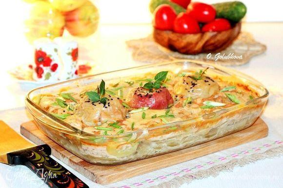 Приготовленное блюдо посыпаем порубленным зеленым луком и подаем. Приятного аппетита!