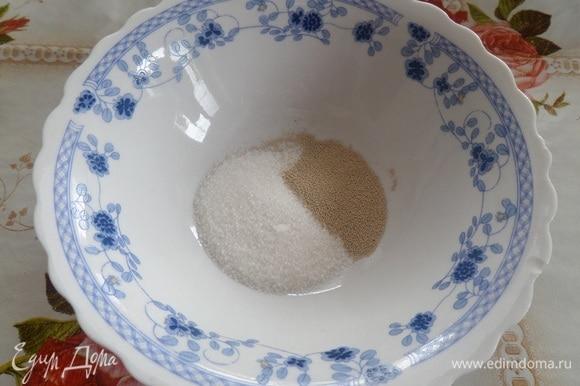 Подготовим продукты. В чашку выкладываем 1 ст. л. сахара. Добавляем дрожжи.