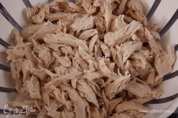 Сварите куриные грудки и нарежьте на кусочки. Не выливайте бульон, он нам понадобится позже.