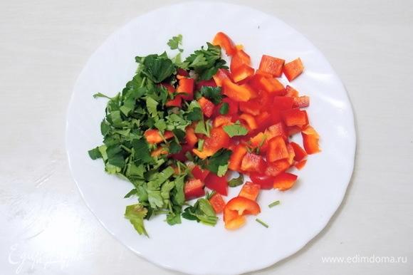 Зелень и перец вымоем и обсушим. У перца удалим семена и нарежем его на кусочки, а зелень — мелко.