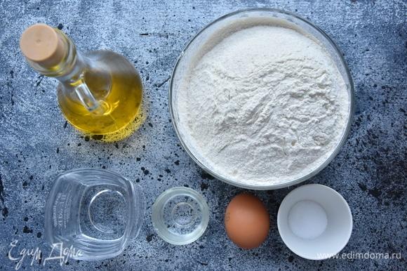 Для теста белого и зеленого цвета потребуется одинаковый набор продуктов. Для придания тесту зеленого цвета используется шпинат свежий или замороженный.