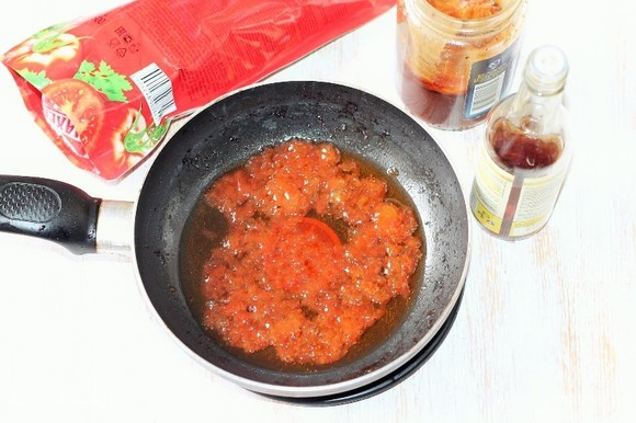 Добавляем в чесночное масло кетчуп, уксус (по вкусу), мед и соевый соус, перемешиваем. Затем смешиваем крахмал с водой и добавляем в сковороду. Кладем картофель, перемешиваем и томим на огне минуты две.
