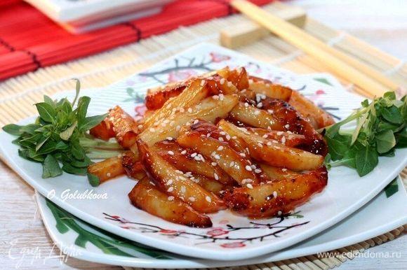 Подаем картофель к столу и по желанию посыпаем обжаренным на сухой сковороде кунжутом. К картофелю можно подать овощной салат. Приятного аппетита!