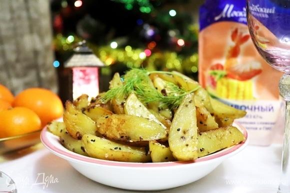 Картофель получается очень ароматный, нежный и мягкий внутри, а сверху будет золотистая корочка. Кунжут приятно похрустывает. Вкусная картошечка! Приятного аппетита!