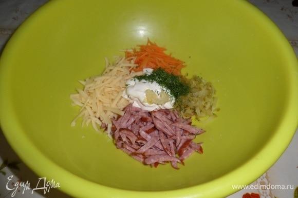 Нарезанные ингредиенты выкладываем в глубокую чашку. Сюда же трем на терке сыр. Добавляем майонез, чеснок и зелень.