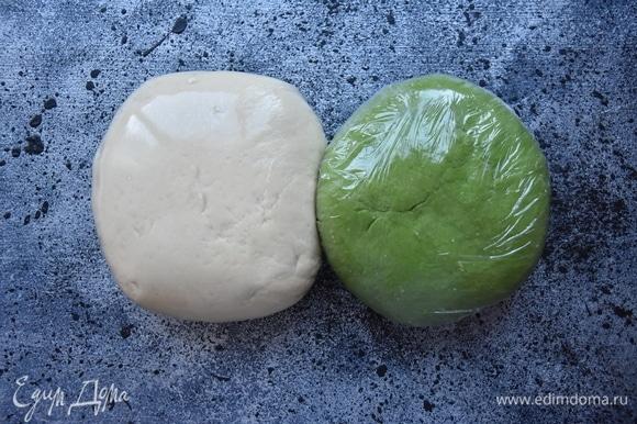 Завернуть оба шарика с тестом в пищевую пленку и оставить отдохнуть. За это время можно подготовить начинку, перекрутив на мясорубке с крупной решеткой мясо с репчатым луком. В фарш добавить соль и смесь молотых перцев, зиру, острый красный перец. Перемешать.