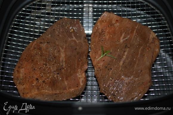 Мясо смазала оливковым маслом и выложила в корзину аэрофритюрницы. С помощью таймера выбрала время приготовления (мясо готовилось в течение 8 минут при 180°C).