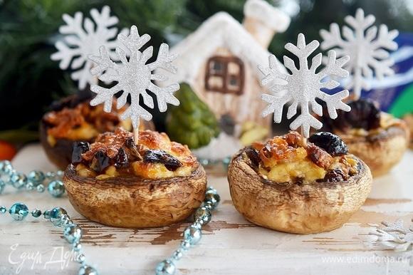 Духовку заранее разогрейте до 180°C, запекайте грибы 15–20 минут (в зависимости от их размера) до мягкости. Вкусно и в горячем, и в холодном виде. Приятного аппетита!