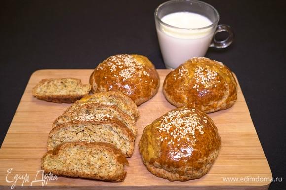 У этих булочек золотистая корочка и белый вкусный мякиш с мелкопористой структурой. Всем приятного аппетита!
