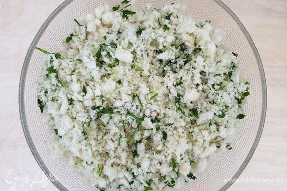 Смешайте хлебную крошку, зелень, чеснок и оливковое масло.