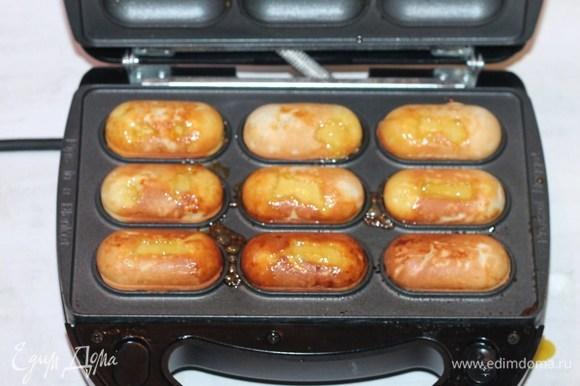 Выпекаем «лимончики» в разогретом мультипекаре. Такие пирожные можно испечь и в разогретой до 180°C духовке до румяности.