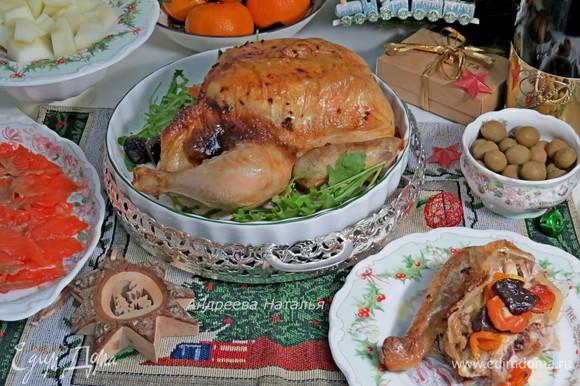 Выпекать при 190–200°C в течение 60 минут (в зависимости от размера курицы и от вашей духовки). Курочка получается с хрустящей корочкой, сочной и нежной внутри! Начинка отлично оттеняет вкус мяса.