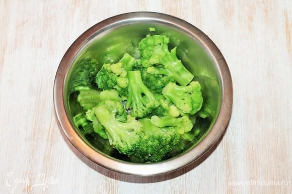 Разделяем брокколи на соцветия, отвариваем в подсоленной воде и откидываем на сито, чтобы стекла вода.