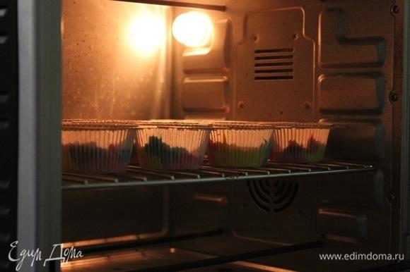 Духовку разогреваем до 180°C. Отправляем кексы запекаться на 15–20 минут. Главное, не передержать их, чтобы яркие кексы не подгорели и не стали тусклыми.