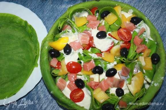 Сверху выкладываем оставшиеся маслины, помидоры, кусочки рыбы и сладкого перца.