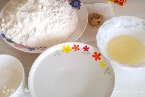 Готовим ингредиенты для дрожжевого безопарного теста и замешиваем его обычным образом. Я для этого использую хлебопечь.