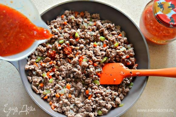 Обжаривайте фарш в течение 10 минут, постоянно разминая во избежание образования комочков. Затем постепенно влейте томатный соус, посолите, поперчите и добавьте сухие прованские травы. Тушите на медленном огне в течение 40 минут. Во время тушения сковороду необходимо накрыть крышкой, чтобы жидкость не выпарилась. Итальянцы считают, что соус лучше тушить гораздо дольше по времени, 1,5 часа, при этом он обещает быть более насыщенным и ароматным. Но это не предел, итальянские бабушки готовят и 6–8 часов, утверждая, что от этого рагу становится гораздо вкуснее. Поэтому, если время располагает, то лучше готовить рагу подольше.