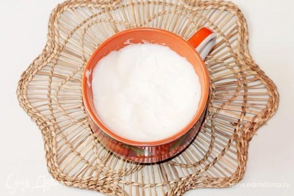 Охлажденные белки со щепоткой соли взбить миксером до мягких пиков.