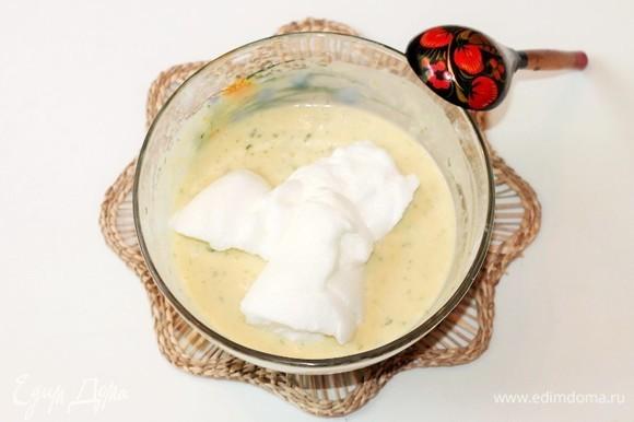 Небольшими порциями ввести белки в мучную смесь.