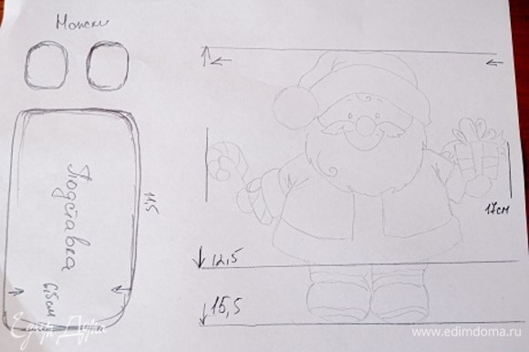 Шаблон Деда Мороза, подставка и башмачки. Прикладываем лист к экрану и переводим дедулю. Из теста скатываем небольшие шарики и примеряем к шаблону — это будут основания башмачков. Остальные детали вырезаем по шаблону.