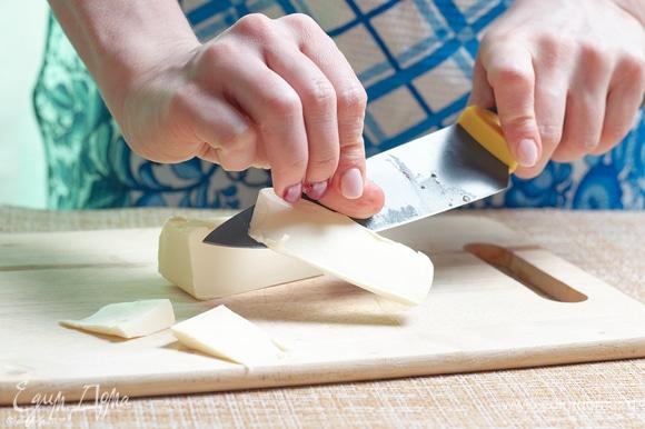 Холодное сливочное масло нарежьте тонкими полосками.