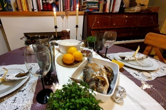 Тем временем сервируем праздничный стол. В отдельное блюдо выкладываем рыбу, рис, обязательно лимон, соком которого будем приправлять праздничное блюдо. Именно сок лимона придает такой незабываемый вкус дорадо.