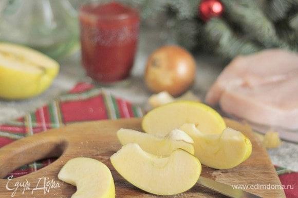 Яблоки моем, очищаем от сердцевины, нарезаем дольками. Брать лучше кисло-сладкие сорта, такие как грушовка или голден.