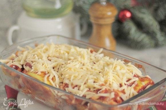 Натираем сверху сыр. Закрываем крышкой и на час в духовку при 180°C.