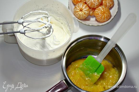 Для крема взбить охлажденные сливки с сахарной пудрой до устойчивых пиков.