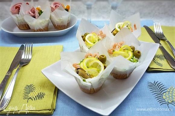 Украшаем капкейки креветками, мидиями, маслинами, в середину вставляем розочку из лимона и посыпаем зеленью.